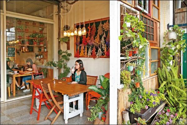 坐在由好時早餐店主精心以新鮮植栽、乾燥花束、玻璃罐燈和木棧板桌設計的空間品嚐早餐,一天的心情就這樣愉悅起來!(記者臺大翔/攝影)