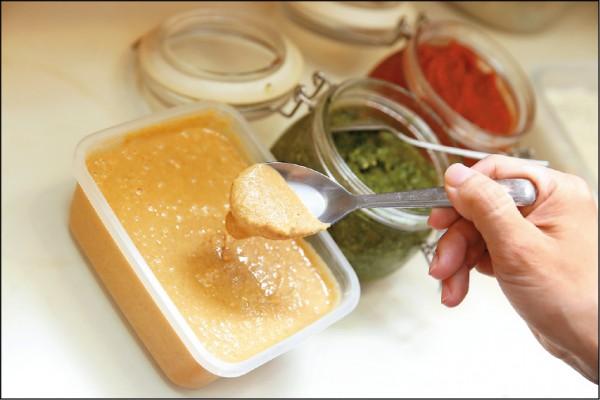 客人食用的醬料都出自店家之手,青醬與花生醬等都吃得到食材原味。(記者臺大翔/攝影)