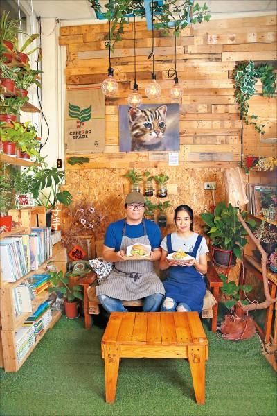 好時早餐老闆Jon(左)與太太Cherry(右)協力打造這處以手作、環保、綠意為出發的早餐店,店裡餐點講求健康均衡、減少碳足跡,特別陳設的書籍則鼓勵民眾在沒有提供wi-fi的空間下取閱。(記者臺大翔/攝影)