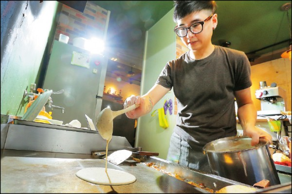 以土佐的自製麵糊在鐵板上畫出餅皮,再結合食材製成薄餅系列是必點招牌。(記者李惠洲/攝影)