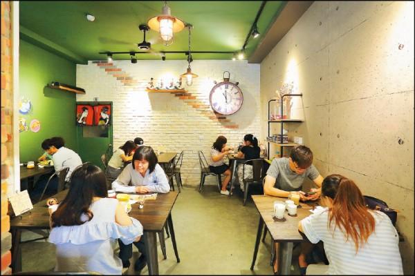 土佐TO DRAW店內簡約俐落的風格,融合了磚牆、工業風原件和彩繪等多種元素。(記者李惠洲/攝影)