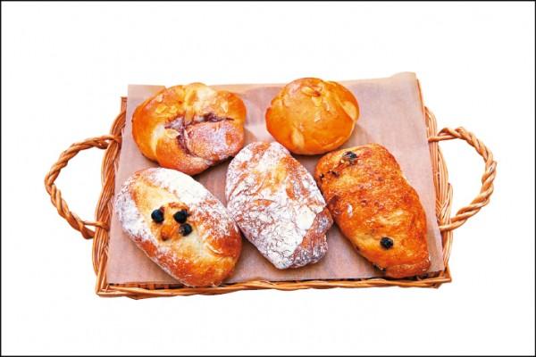 左上起順時針:肉桂捲/35元、芋頭パン/35元、亞麻子蔓越莓/40元、原味拖鞋/30元、柳橙巧克力法國/45元,「LULU&BUN麵包店」每天出爐品項不定,但都以健康為出發。(記者潘自強/攝影)
