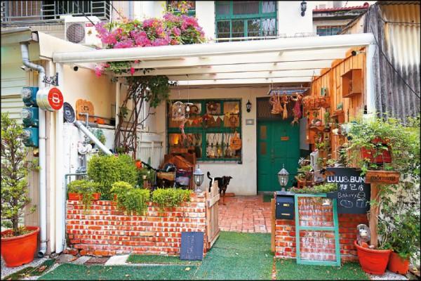 「LULU&BUN麵包店」裝潢有濃厚的鄉村風格,2樓也供應內用早午餐。(記者潘自強/攝影)