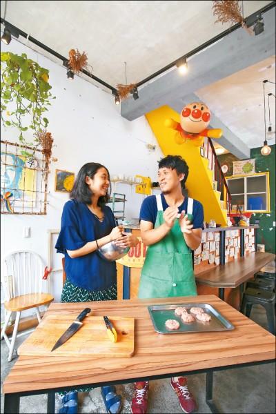打烊後,楊繡蓮(圖左)和陳冠豪(圖右)在「尋早早餐」店內做起漢堡肉,為明日備料。(記者潘自強/攝影)