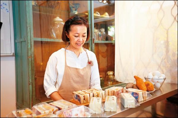 老闆小琪與工作夥伴們,每天清早就要準備蒸地瓜、烤雞腿、拌雞蛋沙拉等食材,製作成新鮮三明治。(記者潘自強/攝影)