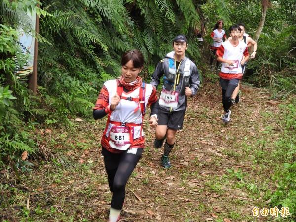 參賽選手在埔里、仁愛地區的山林古道中揮汗奔馳。(記者佟振國攝)