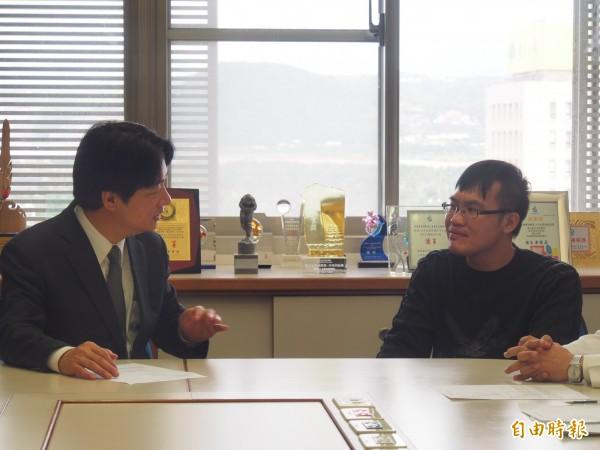 行政院長賴清德(左)參加出院轉銜長照2.0個按照護會議,醫生職業病上身,當場叮嚀起個案家屬注意健康。(記者王秀亭攝)
