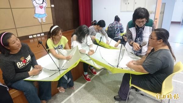 北台南家扶中心推出「縫傘體驗」活動,希望參與民眾感受低薪弱勢家庭從事長工時、低薪資的辛苦。(記者楊金城攝)
