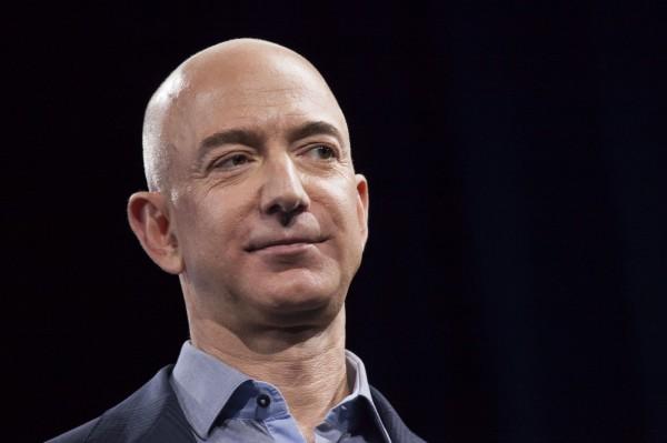 全球民眾在黑色星期五購物節血拚,讓亞馬遜創辦人兼最大股東貝佐斯(Jeff Bezos)的資產,一舉達到1000億美元(約新台幣3兆元)。(法新社)