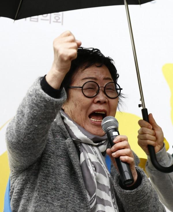 南韓國會昨通過一項法案,指定8月14日為紀念日,紀念二次大戰時期作為日軍慰安婦的韓國婦女。圖為南韓慰安婦倖存者李永洙(音譯)。(歐新社)