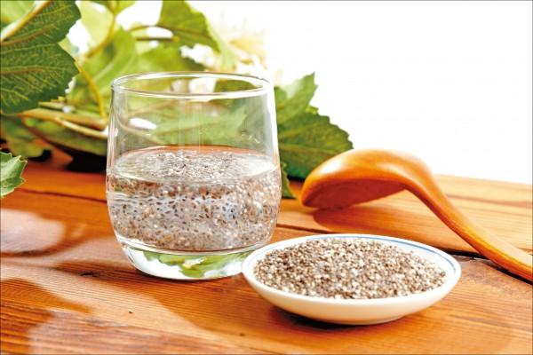 奇亞籽在泡水後,可吸收自己體積12倍的水分而膨脹,細看膨脹後的奇亞籽,其外表產生黏膠狀的物質,類似山粉圓。(記者陳宇睿/攝影)
