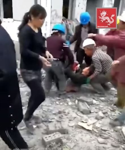 被抬走的傷者生死未卜。(圖擷自YouTube)