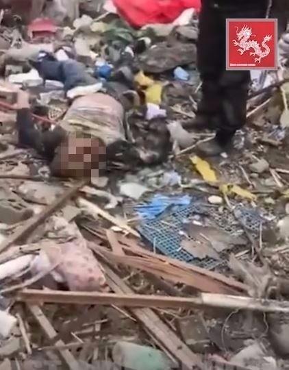 寧波爆炸現場,地上橫躺著死傷民眾。(圖擷自YouTube)