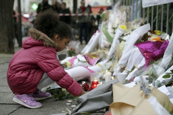 2015年的巴黎恐攻釀成130死,兩年之後仍有倖存者走不出心理創傷,於本月24日輕生。(法新社)
