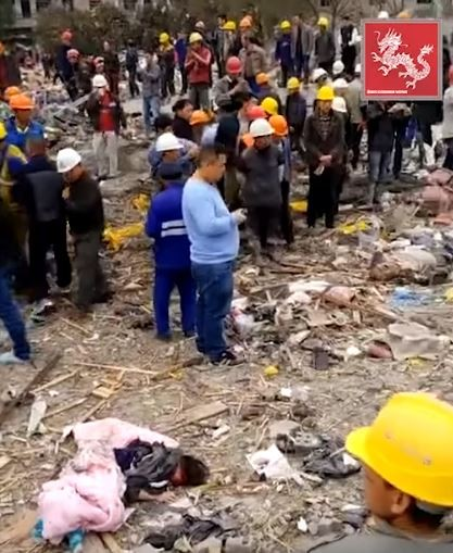 多名救難人員來到寧波爆炸地點,一旁有女子傷重倒地。(圖擷自YouTube)