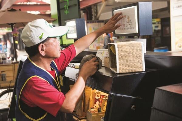 中市幫中高齡者就業,訂雇主獎勵金鼓勵聘用「資深勞工」。(圖:勞工局提供)