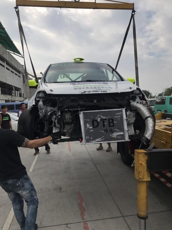 大鵬灣賽車場耐力賽撞成一片。(記者陳彥廷翻攝)