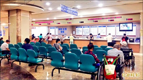 衛福部健保署擬規劃縮減醫學中心、區域醫院門診量。(記者林惠琴攝)