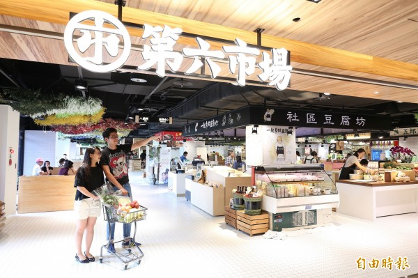 第六市場首創將菜市場搬進百貨公司裡,進駐了來自各地菜市場的攤商。(記者沈昱嘉攝)