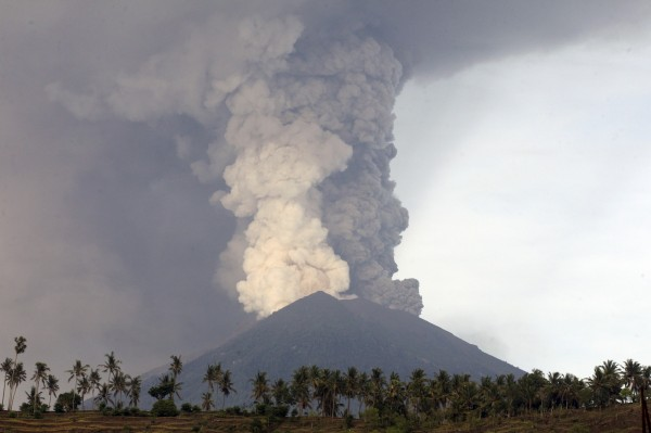 印尼峇里島阿貢火山噴發,共取消445架航班,並有5萬9000餘名旅客受到影響。(美聯社)