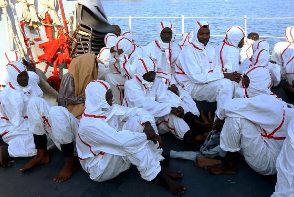 利比亞西岸外海曾在25日傳出難民船翻覆的事件,軍方救起2艘難民船,約有200人獲救、31人不幸喪生。照片為被軍方救起的難民。(法新社)