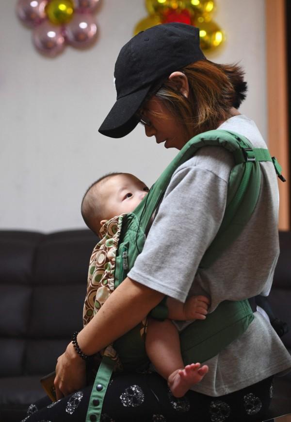 南韓有反墮胎法,非特定情況下墮胎可能被判刑並罰款。圖為南韓未婚母親。(法新社)