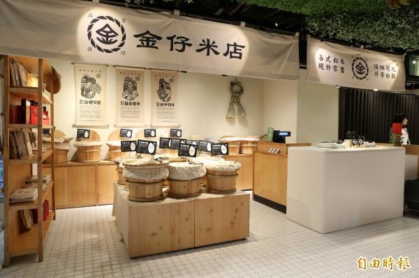 金仔米店的布置不僅很有古早味,且店內販售的米皆為每週進貨一次,以保持新鮮。(記者沈昱嘉攝)