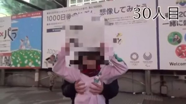 日本有一名女高中生Youtuber疑似為了出名,竟出賣身體,拍攝讓路人免費揉胸部的影片。(圖擷取自YouTube)