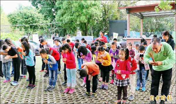 和平國小師生持香拜拜,表達對老樹的祝福與敬意。(記者謝介裕攝)