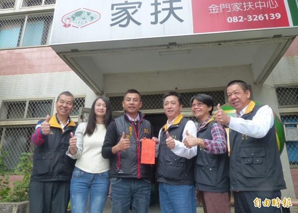 建設公司副總許燕輝(左3)偕妻子楊雅惠(左2)捐助金門家扶中心善款10萬元,盼社會伸出援手,由家扶主委李根遠(右3)代表接受。(記者吳正庭攝)
