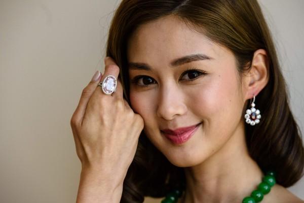 名為「粉紅承諾」(Pink Promise)的巨大橢圓形鑽石今天在香港拍賣會上求售。(法新社)