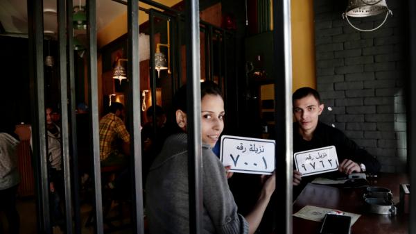 主題餐廳內部以手銬、囚犯編號牌、囚犯牢籠以及電椅等裝飾而成,可供用餐者自拍。(圖取自福斯新聞)