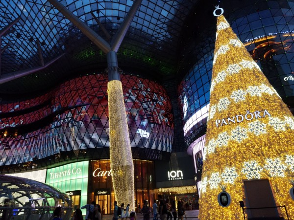 新加坡的「烏節路」為當地人帶小孩過節的首選,因為這裡是熱鬧的商業區,每到耶誕節各家商場會推出自家的耶誕樹主秀,讓人拍照拍不完!(Sylvia提供)