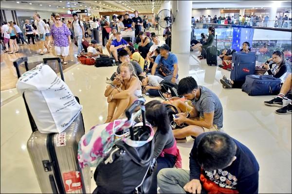 阿貢火山連續噴發,峇里島機場持續關閉,約十二萬名遊客受到影響。(法新社)