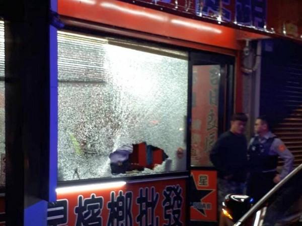 新竹縣竹東鎮昨天深夜有3間檳榔攤接連被砸,警方已展開調查。(記者蔡孟尚翻攝)