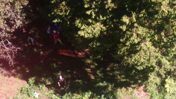 空勤總隊在空中發現救難人員及受傷的王姓領隊。(記者歐素美翻攝)
