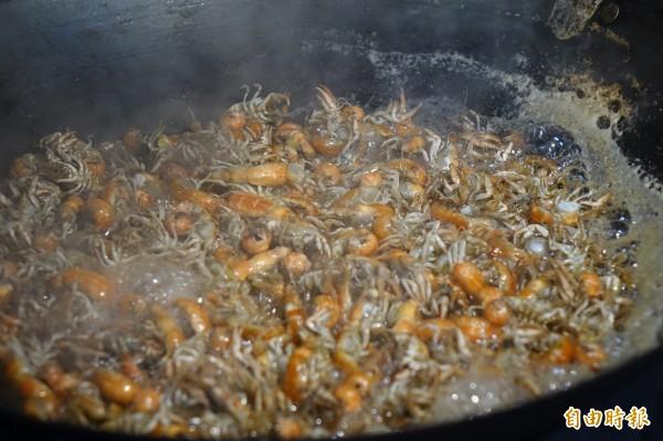 帶卵的母蝦猴,在滷水中加入鹽、糖來煮。(記者劉曉欣攝)