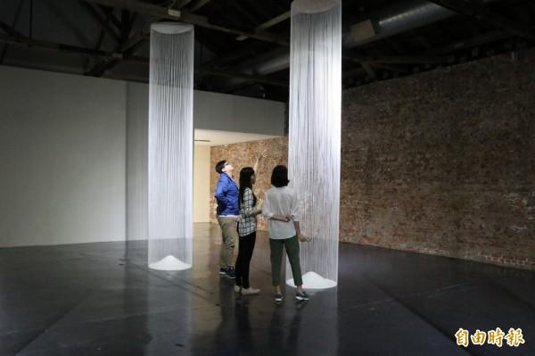 韓裔美籍藝術家姜宣瑛Sun Young Kang,擅長以紙張創作大型的藝術裝置,作品《永線》,以棉線上下縱穿蕭壠6尺高的的倉庫空間打造巨大支柱。(記者王涵平攝)