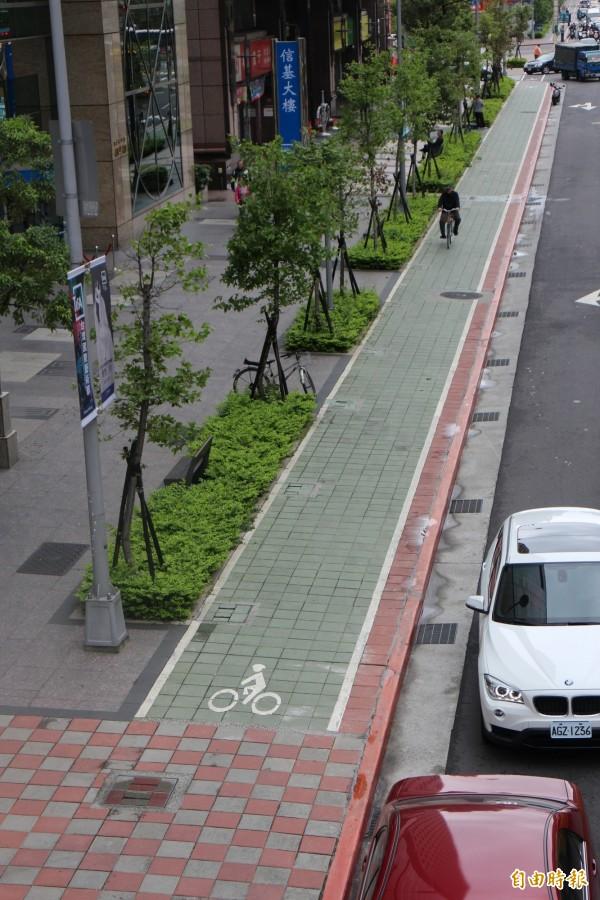 台北市長柯文哲曾坦言,自己的「三橫三縱」自行車路網政策「踢到鐵板」。圖為信義路自行車專用道。(資料照)