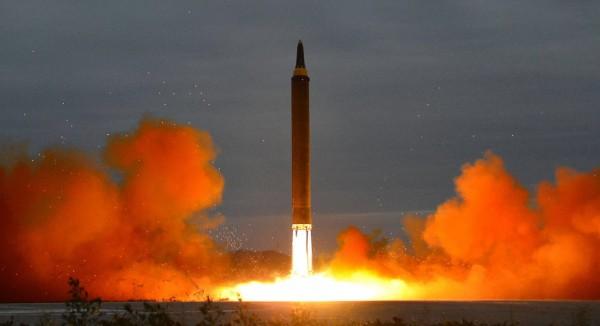 北韓在台灣時間今晨2時18分,從平安南道平城市一帶,向朝鮮半島以東發射一枚彈道飛彈,飛行約53分鐘後墜入日本青森縣以西250公里海面。圖為北韓今年8月29日的試射情形。(歐新社資料照)