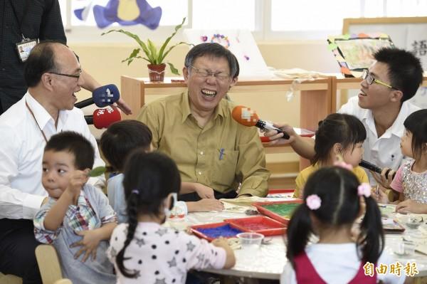 台北市長柯文哲今出席螢橋、黃鸝鳥及實踐非營利幼兒園聯合揭牌記者會,與幼兒互動。(記者叢昌瑾攝)