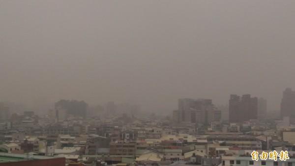 台南市今天上午的空氣品質和昨天一樣糟透了!(記者蔡文居攝)