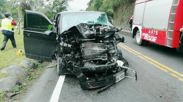 蘇花公路140K附近,發生一起休旅車與大貨車對撞事故,有8人受傷。休旅車車頭全毀。(記者張議晨翻攝)