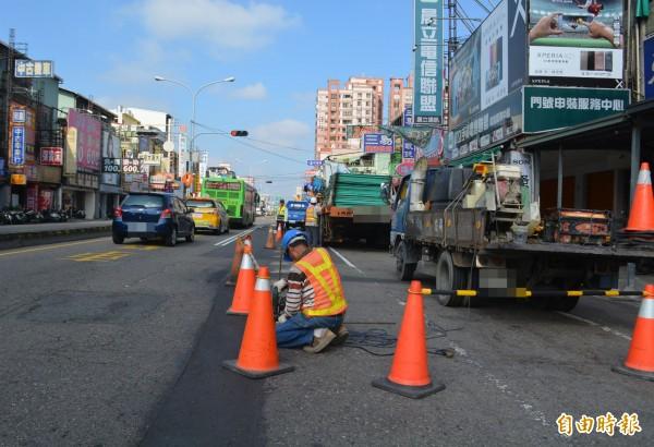 大里中興路一段下水道工程,今天開始從塗城路口往南施工,工程人員上午已經圍上施工圍籬,請民眾提前改道。(記者陳建志攝)