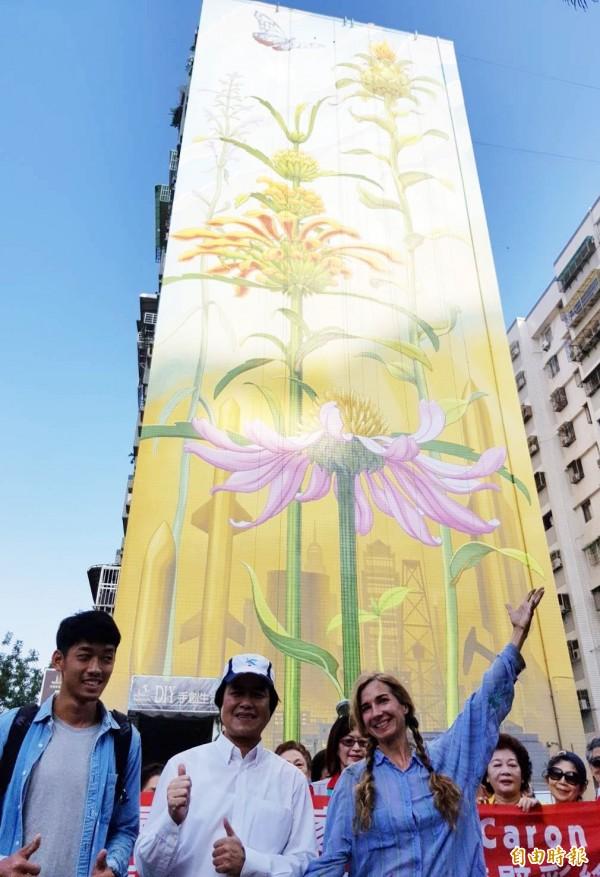美國藝術家Mona Caron(左3)創作13層高樓,苓雅區長陳進德(左2)比讚。(記者陳文嬋攝)