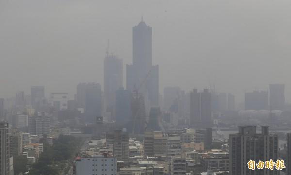 高雄市受氣象及地形因素影響,每年冬天常會有大氣擴散條件不良的情形,導致空氣品質不佳,尤其以每年12月至隔年2月,是高雄市空氣污染最嚴重的季節。 (資料照,記者張忠義攝)