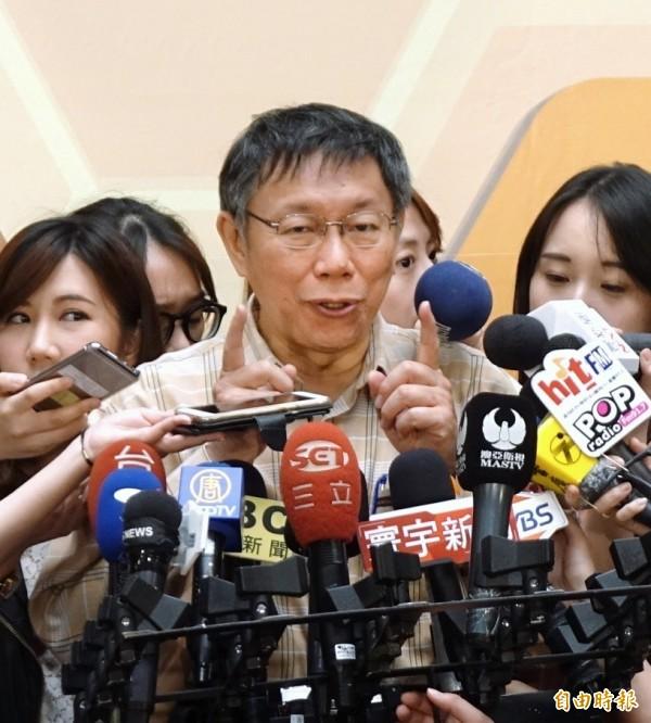 台北市長柯文哲表示,推動鄰里交通環境改善計畫,前30個達到完成度80%的里,就給里長頒獎,因為要靠里長協調,才有可能讓計劃成功。(記者方賓照攝)