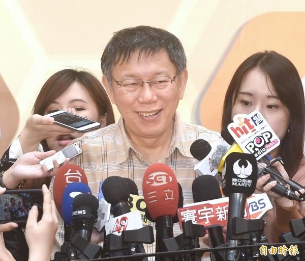 台北市長柯文哲30日出席衛生局衛生保健志工表揚大會,笑稱陳金德踢到鐵板了,北市違建已經拆了3%。(記者方賓照攝)