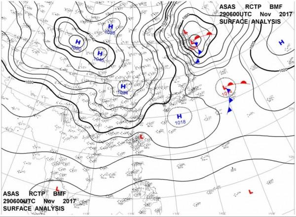 中興大學工學院副院長莊秉潔教授表示,29日台灣東北側的日本有一1024百帕的高氣壓,這時台灣之盛行風會轉為東風。(圖擷取自莊秉潔臉書)