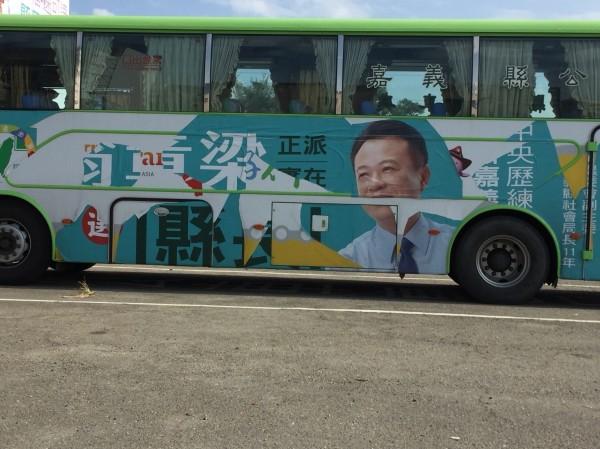 嘉義縣公車處表示,該車體廣告因黏膠脫落,被風吹而損毀。(記者林宜樟翻攝)